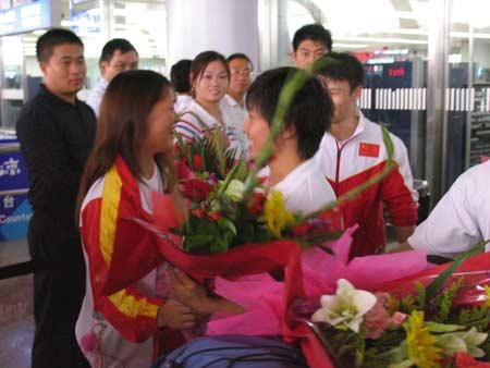 图文-举重队最后一批队员载誉归国李萍获赠鲜花