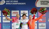 图文-公路自行车世锦赛计时赛前三名开心合影