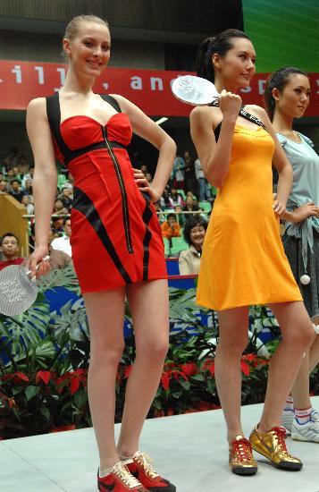 图文-乒乓球概念赛服闪耀赛场中外模特台上展示