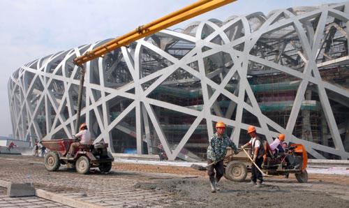 图文-探营鸟巢水立方内部施工工人们在抓紧施工