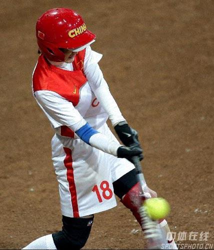 图文-国际女子垒球赛中国队进决赛黎春霞强势一击