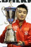 图文-男乒世界杯王皓首次登顶手捧冠军奖杯