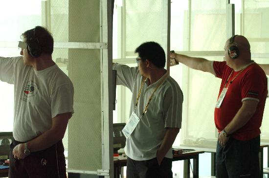 图文-军人运动会李传林在男子25米中心发火手枪赛中