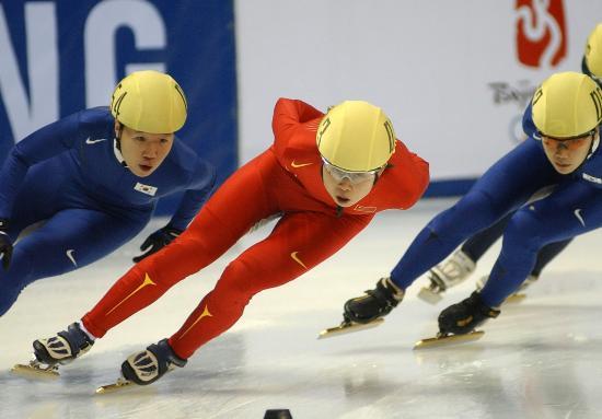 图文-短道速滑世界杯哈尔滨站王�鞒逶诙游樽钋懊�
