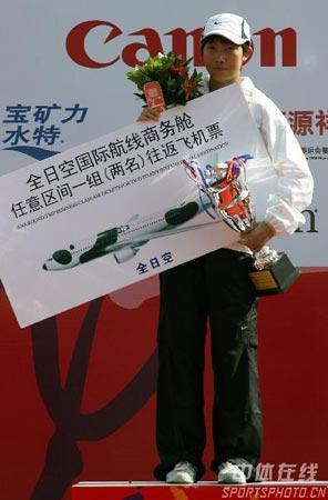 图文-北京马拉松赛赛况直击陈荣领取冠军奖品
