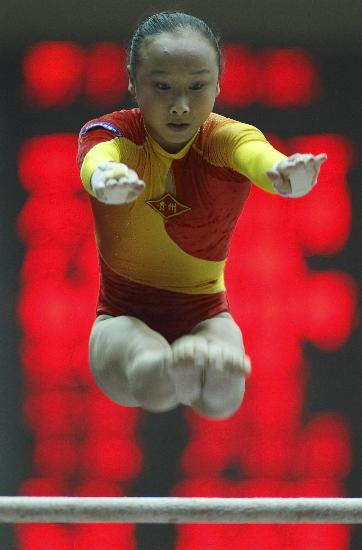 图文-全国冠军赛肖莎获高低杠冠军杠上精灵肖莎