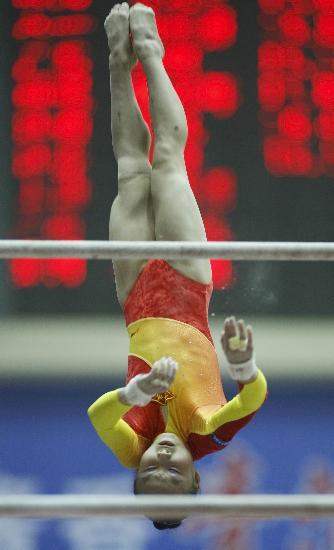 图文-全国冠军赛肖莎获高低杠冠军高低杠间的定格