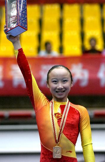 图文-2007全国体操冠军赛肖莎获得高低杠冠军