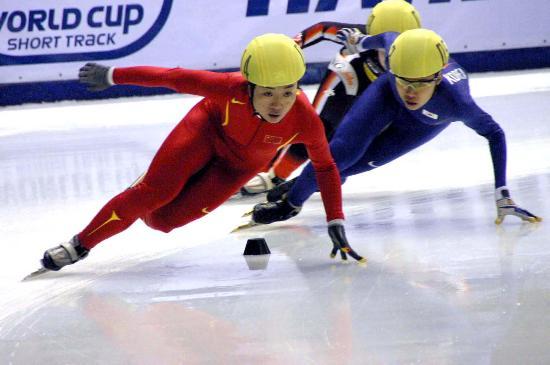 图文-短道速滑世界杯哈尔滨站付天余接力领先对手