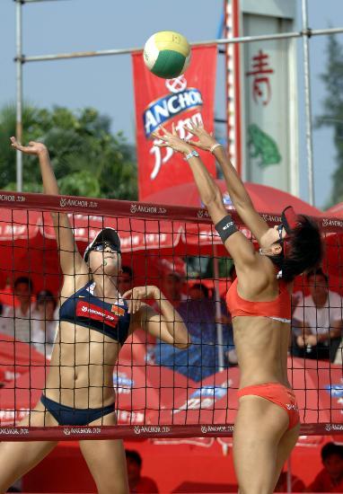 沙滩排球全国巡回赛 国手薛晨跳起大力扣球