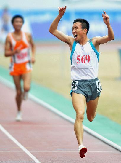 图文-六城会田径男子5000米决赛林向前庆祝夺冠