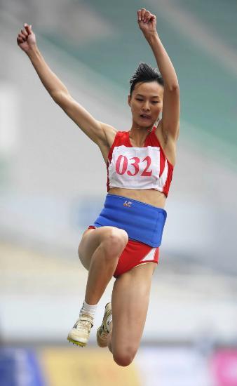 图文-六城会女子七项全能跳远项目宋丽娟奋力一跃