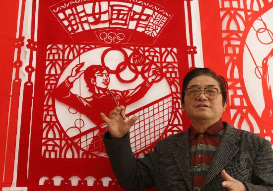 11月1日,《中国奥运金牌颂》的设计者刘继成介绍剪纸挂笺的创作过程