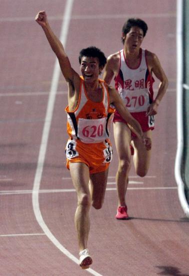 图文-六城会男子1万米任龙云夺冠冲过终点欢呼胜利