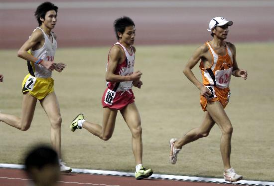 图文-西宁选手任龙云夺男子万米冠军抢占先机