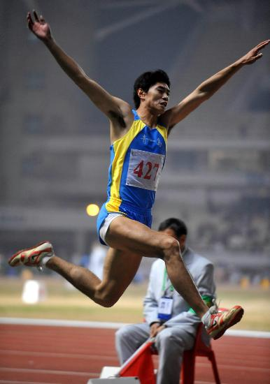 三级跳怎么跳_图文-六城会男子三级跳远决赛 仲敏维获得银牌