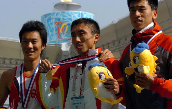 图文-城运会男子3000米障碍赛林向前在领奖台上