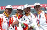 图文-六城会赛艇比赛武汉队队员在颁奖仪式上合影