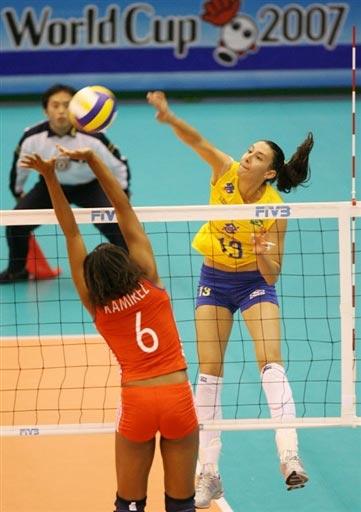 图文-巴西队3-2险胜古巴女排重扣之下古巴败北