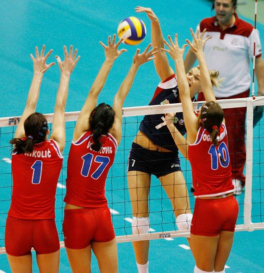 女排世界杯波兰3 2塞尔维亚 三人拦网应对图片 95135 532x550