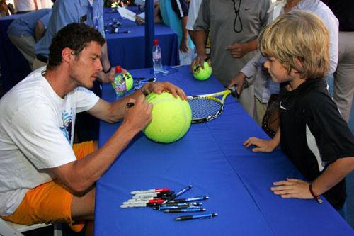 图文-萨芬洛杉矶出席球迷见面会萨芬在网球上签名