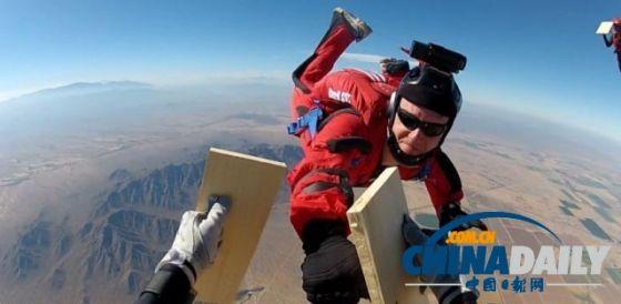 为了这次跳跃,罗佐夫花费大量时间研制能适应珠峰环境的滑翔衣。