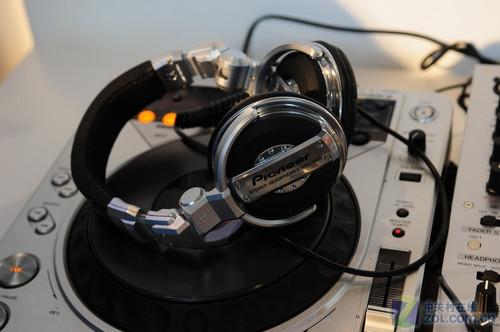 dj专用耳机_DJ发烧友专用 先锋监听耳机亮相音响展_硬件_科技时代_新浪网