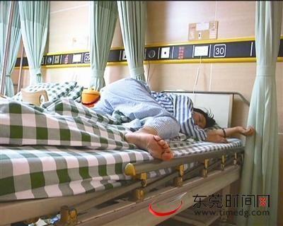 被�W生暴在病床上的女老��