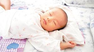 一个月婴儿睡觉时间_宝宝睡姿哪种更好?(图)_健康_亲子中心_新浪网