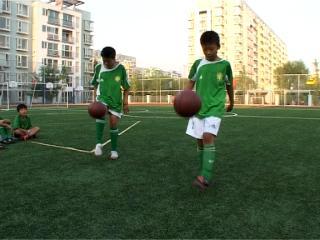《我愛足球》首先給大家帶來的是一場顛球大賽,顛完了足球,顛籃球圖片