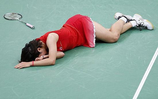 冯讶香织_佐藤沙弥香扭伤脚踝摔倒在赛场