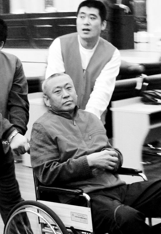 """12月10号星座_新民""""黑老大""""坐轮椅受审_新闻中心_新浪网"""