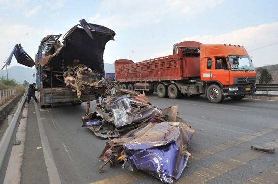 直击云南翻车事故现场:客车车顶和车身分离