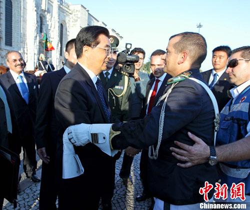 胡锦涛访葡两次拥抱安慰仪仗队受伤骑兵