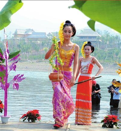傣族姑娘_左图:傣族姑娘在澜沧江畔取圣水.新华社发