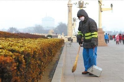 环卫工在天安门一带打扫卫生。本报记者谭青摄