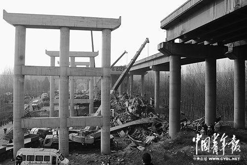 2月1日下午15时许,连霍高速河南义昌大桥坍塌事故现场,救援工作正在紧张有序进行。本报记者 韩俊杰摄