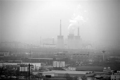 昨日上午,大雾笼罩京城,东五环内一家企业的烟囱正在向外排放废气。新京报记者 侯少卿 摄