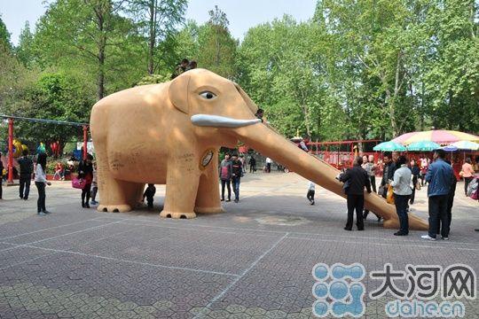 信陽浉河公園大象滑滑梯遭涂鴉 市民呼吁文明游玩