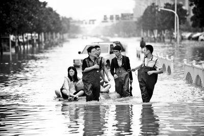 """余姚城区积水情况_余姚市回应""""救灾物资遭哄抢""""_新浪新闻"""
