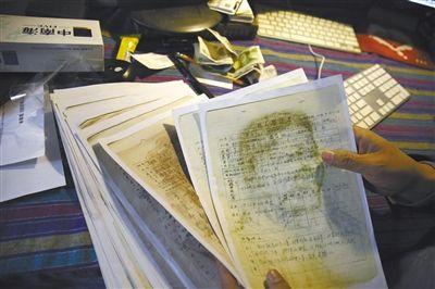 """4月2日,北京大屯的家中,作家、导演徐星展示文革时期""""现行反革命""""犯人登记表的复印件。"""