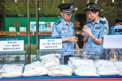 昨日,深圳警方在深圳南山垃圾焚烧发电厂展示缴获的毒品。新华社记者 毛思倩 摄