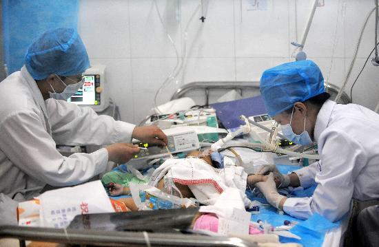 阜阳新闻网_图文:两位医护人员在阜阳医院救治危重患儿_新闻中心_新浪网