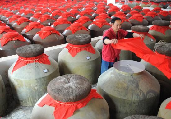 汶川地震前的小地震_图文:储藏车间的工人在密封酒缸_新闻中心_新浪网