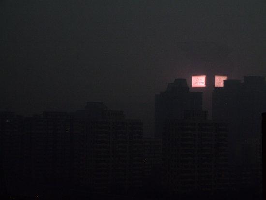 北京遭遇雷雨天气白昼如黑夜(组图)