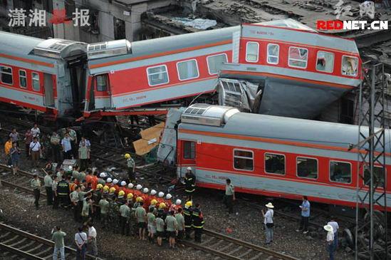 京广铁路火车视频_图文:列车相撞事故现场照片_新闻中心_新浪网