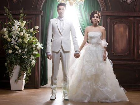 eall婚礼_ella(右)和赖斯翔今天中午举行婚礼.