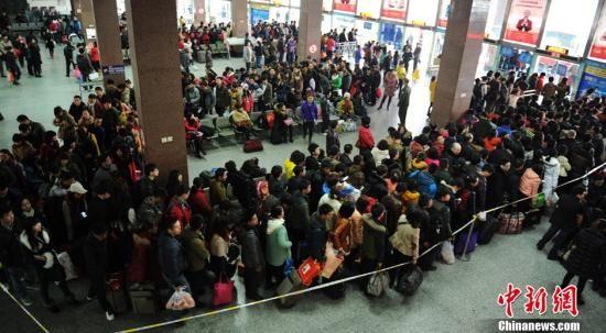 图为眉山客运中心站内前往成都的候车旅客排起长队。中新社刘忠俊摄