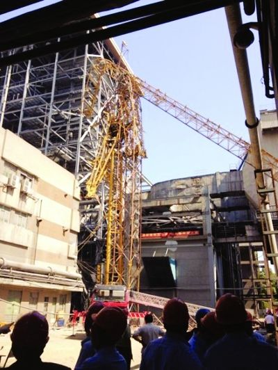 荣峰_武汉电厂50米高塔吊倒塌致4死2伤(图)|武汉|塔吊|倒塌_新浪新闻