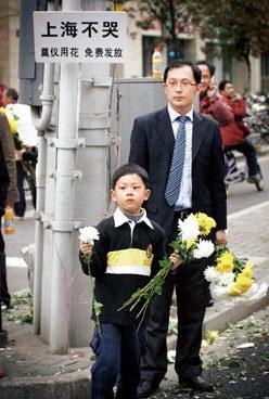 初冬的花祭:上海市民自发祭奠高楼火灾中的遇难者(多图)